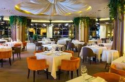 Sede di nozze della sala da pranzo del ristorante costoso Immagini Stock