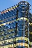 Sede principale BRITANNICA della collina di McGraw in molo color giallo canarino Fotografie Stock Libere da Diritti