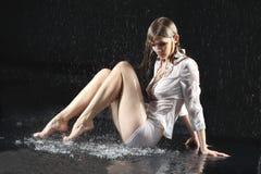 Sede sexy bagnata della ragazza della biancheria intima sul pavimento Fotografie Stock Libere da Diritti