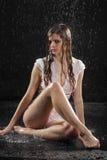 Sede sexy bagnata della ragazza della biancheria intima sul pavimento Fotografia Stock