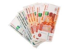 Sedel av rysspengar 5000 och 1000 på vit Arkivfoton