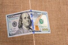 Sedel av US dollar som hänger på en rad Fotografering för Bildbyråer