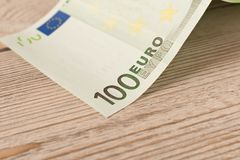 Sedel för euro 100 på en ljus bakgrund close upp Begreppet av besparingar arkivbild