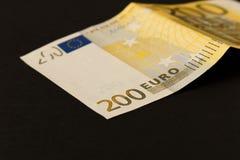 Sedel för euro 200 på en mörk bakgrund close upp Begreppet av besparingar royaltyfri fotografi
