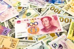 Sedel för kines- och världsvalutapengar Arkivfoton