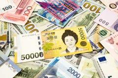 Sedel för korean- och världsvalutapengar Arkivbild