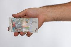 Sedel för kuwaitisk dinar i hand Arkivbilder