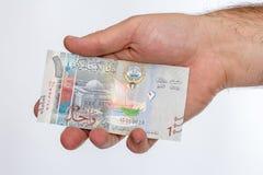 Sedel för kuwaitisk dinar i hand Royaltyfria Foton