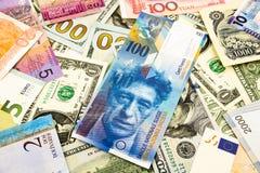 Sedel för schweizare- och världsvalutapengar Royaltyfria Bilder