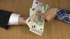 Sedel för smutsigt olagligt euro för kvinnahandlön kontant för man 4K lager videofilmer