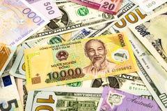 Sedel för Vietnam och världsvalutapengar Fotografering för Bildbyråer