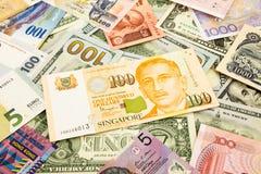 Sedel för Singapore och världsvalutapengar Royaltyfri Fotografi