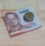 Sedel och mynt av den thailändska bahten av Thailand Arkivbilder