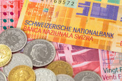 Sedel och mynt för Schweiz pengarschweizisk franc arkivfoton