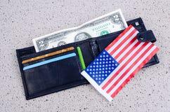 Sedel två dollar, svart handväska och en amerikanska flaggan Royaltyfri Bild