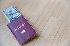 sedelvaluta, dollar-USA, med passboken Bild för bakgrund arkivbild