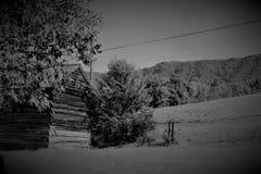Sedendosi dal lato della montagna fotografia stock