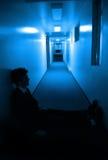 Sedendosi nei corridoi Immagini Stock