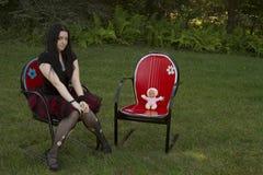 Sedendosi nel legno Fotografie Stock Libere da Diritti