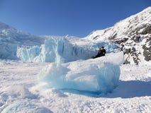 Sedendosi su un iceberg dal ghiacciaio di Portage fotografie stock