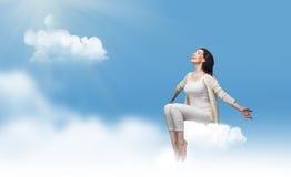 Sedendosi su una nube Fotografia Stock