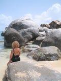 Sedendosi su una roccia Fotografie Stock