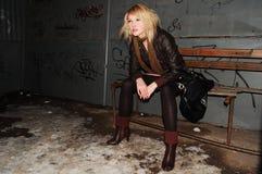 Sedendosi sul banco Fotografia Stock