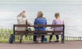 Sedendosi sul banco Fotografie Stock Libere da Diritti