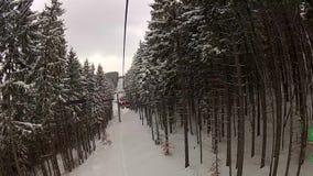 Sedendosi sull'ascensore di sci in Bukovel stock footage