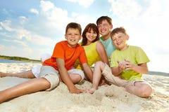 Sedendosi sulla sabbia Fotografie Stock Libere da Diritti