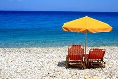 Sedendosi sulla spiaggia Fotografia Stock Libera da Diritti