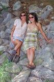 Sedendosi sulle rocce Fotografia Stock