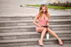 Sedendosi sulle scale. Fotografia Stock