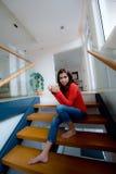 Sedendosi sulle scale Fotografia Stock Libera da Diritti