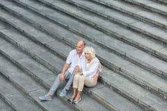 Sedendosi sulle scale Fotografia Stock