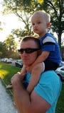 Sedendosi sulle spalle del papà Fotografie Stock Libere da Diritti