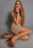 Sedentaire meisjes met lange benen rokerige ogen Stock Afbeelding