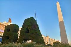 SEDERE verticali del giardino e il Obelisco sulla plaza de la Republica Square, Buenos Aires, Argentina immagini stock