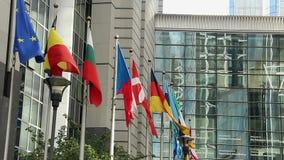 Sedi Bruxelles del Parlamento di Europa delle bandiere di paesi europei stock footage