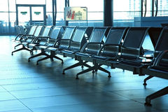 Sedi da metallo nel corridoio dell'aeroporto Fotografia Stock Libera da Diritti