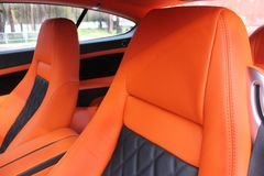 Sedi di automobile di cuoio arancio immagini stock libere da diritti