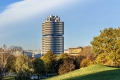 Sedi di BMW sul tramonto a Monaco di Baviera, Germania immagini stock libere da diritti