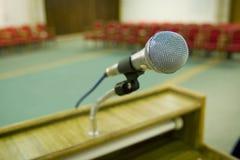 Sedi e microfono rossi Fotografia Stock Libera da Diritti