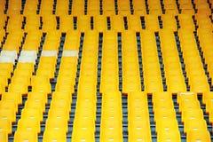 Sedi gialle di gioco del calcio Immagini Stock