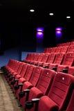 Sedi rosse del corridoio del cinematografo Immagine Stock Libera da Diritti