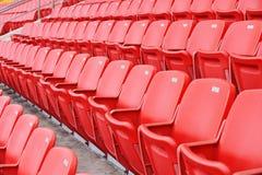 Sedi rosse di gioco del calcio Fotografie Stock Libere da Diritti
