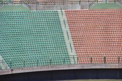 Sedi rosse e verdi dello stadio Fotografia Stock Libera da Diritti