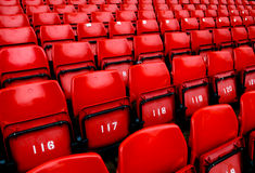 Sedi rosse luminose dello stadio Immagini Stock Libere da Diritti