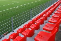 Sedi rosse sullo stadio Fotografia Stock Libera da Diritti