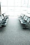 Sedi in una sala di attesa o in un salotto dell'aeroporto Fotografie Stock Libere da Diritti
